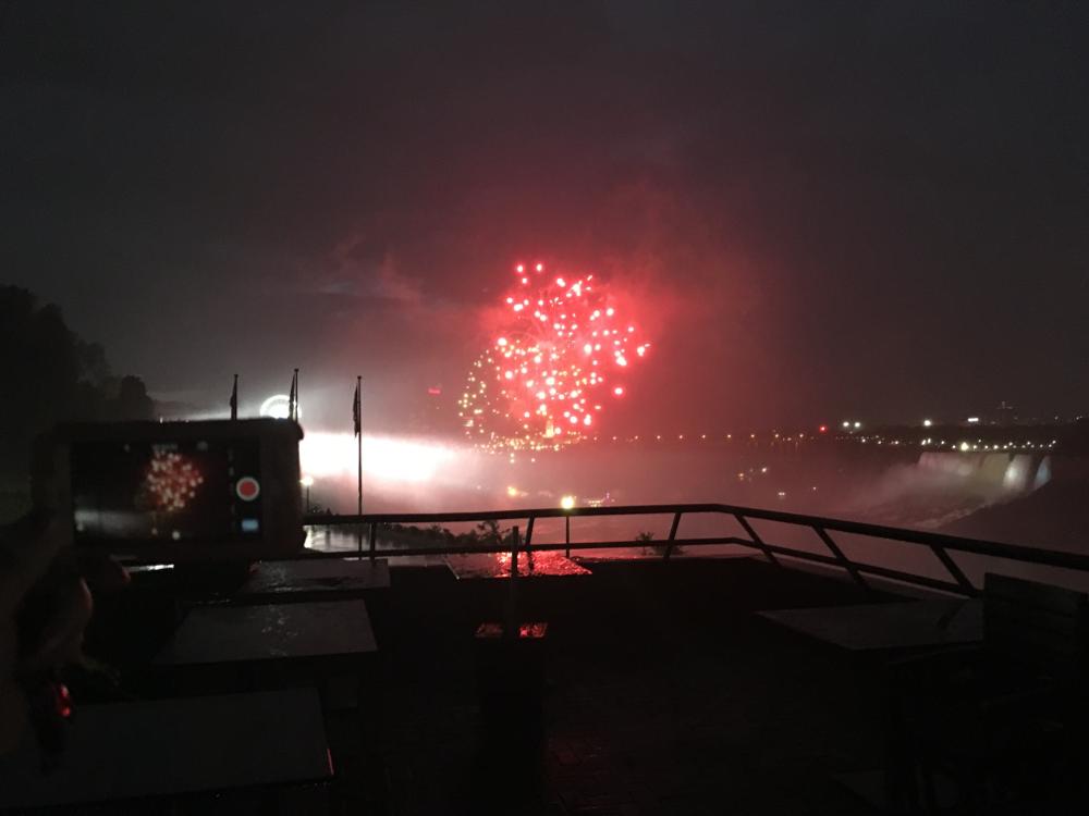 ナイアガラの滝で花火