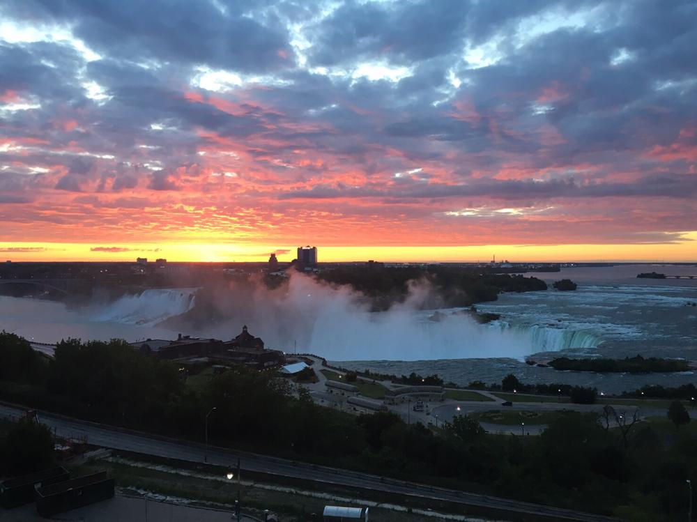 朝日とナイアガラの滝